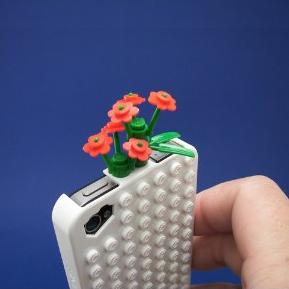 iPhone Brick Case let you play with your lego